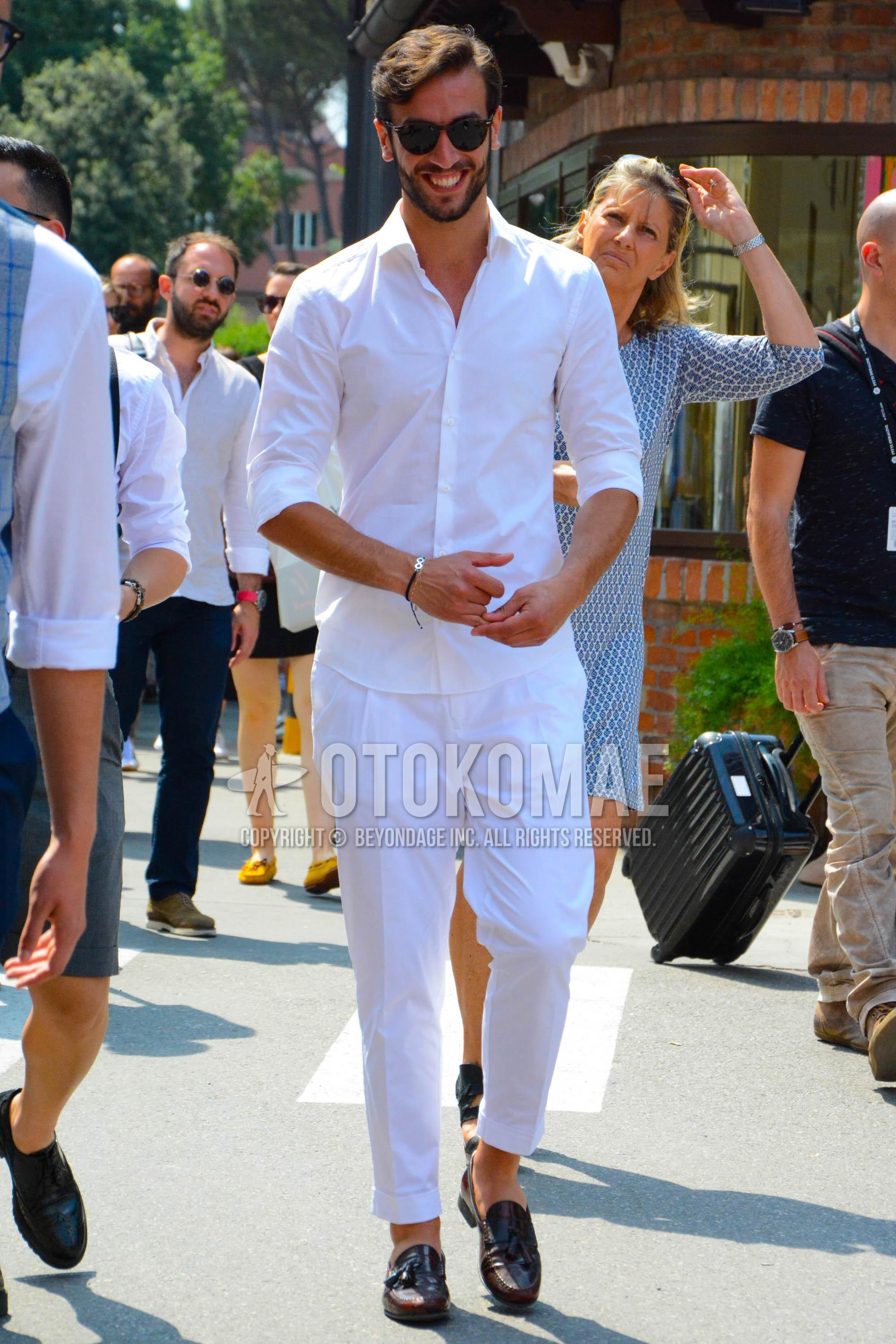 ブラウンべっ甲のサングラス、白無地のシャツ、白無地のコットンパンツ、ブラウンタッセルローファーの革靴を合わせた春夏のメンズコーデ・着こなし。
