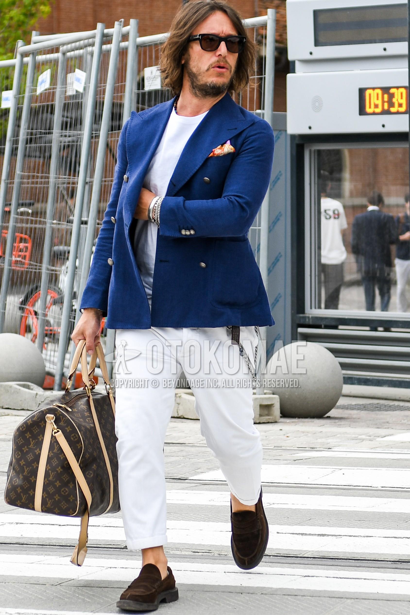 無地のサングラス、ネイビー無地のテーラードジャケット、白無地のTシャツ、白無地のコットンパンツ、ブラウンコインローファーの革靴、ブラウンスエードシューズの革靴、ヴィトンのブラウン無地のブリーフケース/ハンドバッグを合わせた春夏秋のメンズコーデ・着こなし。
