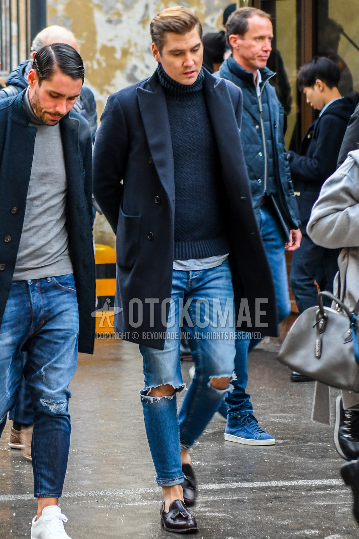 ネイビー無地のチェスターコート、ネイビー無地のタートルネックニット、ブルー無地のダメージジーンズ、ブラウンタッセルローファーの革靴を合わせた冬のメンズコーデ・着こなし。