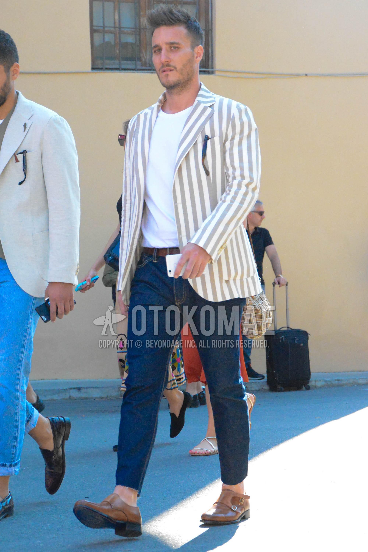 白・ベージュストライプのテーラードジャケット、白無地のTシャツ、ブラウン無地のレザーベルト、ネイビー無地のデニム/ジーンズ、ブラウンモンクシューズの革靴を合わせた春夏秋のメンズコーデ・着こなし。