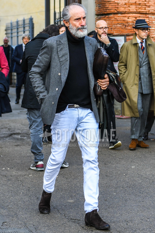 グレー無地のテーラードジャケット、黒無地のタートルネックニット、ブラウン無地のレザーベルト、白無地のデニム/ジーンズ、ブラウンのブーツを合わせた春秋のメンズコーデ・着こなし。