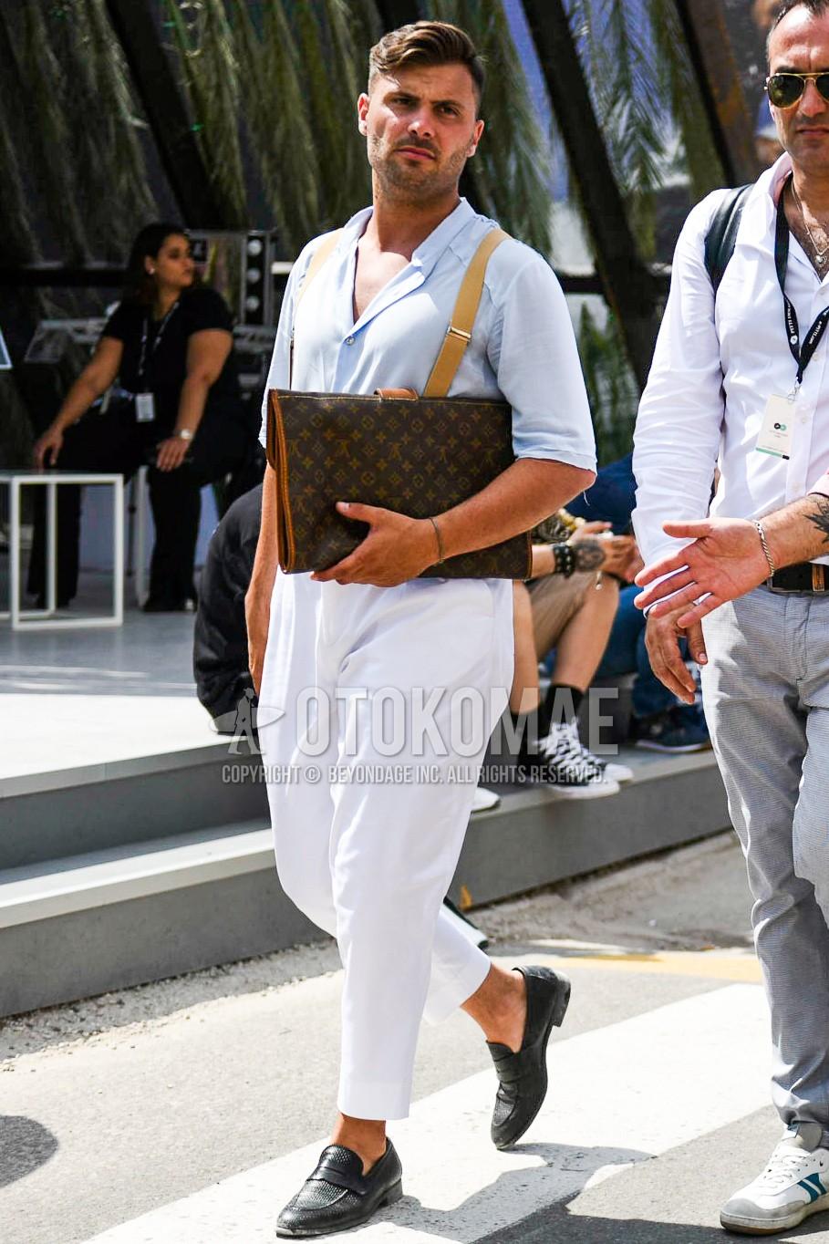 水色無地のシャツ、白無地のコットンパンツ、黒コインローファーの革靴、ルイヴィトンのブラウン無地のクラッチバッグ/セカンドバッグ/巾着を合わせた春夏のメンズコーデ・着こなし。