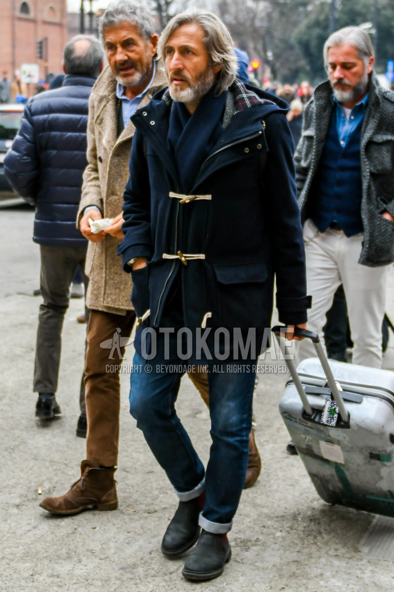 ネイビー無地のマフラー/ストール、ネイビー無地のダッフルコート、ネイビー無地のデニム/ジーンズ、ダークグレーサイドゴアのブーツを合わせた冬のメンズコーデ・着こなし。