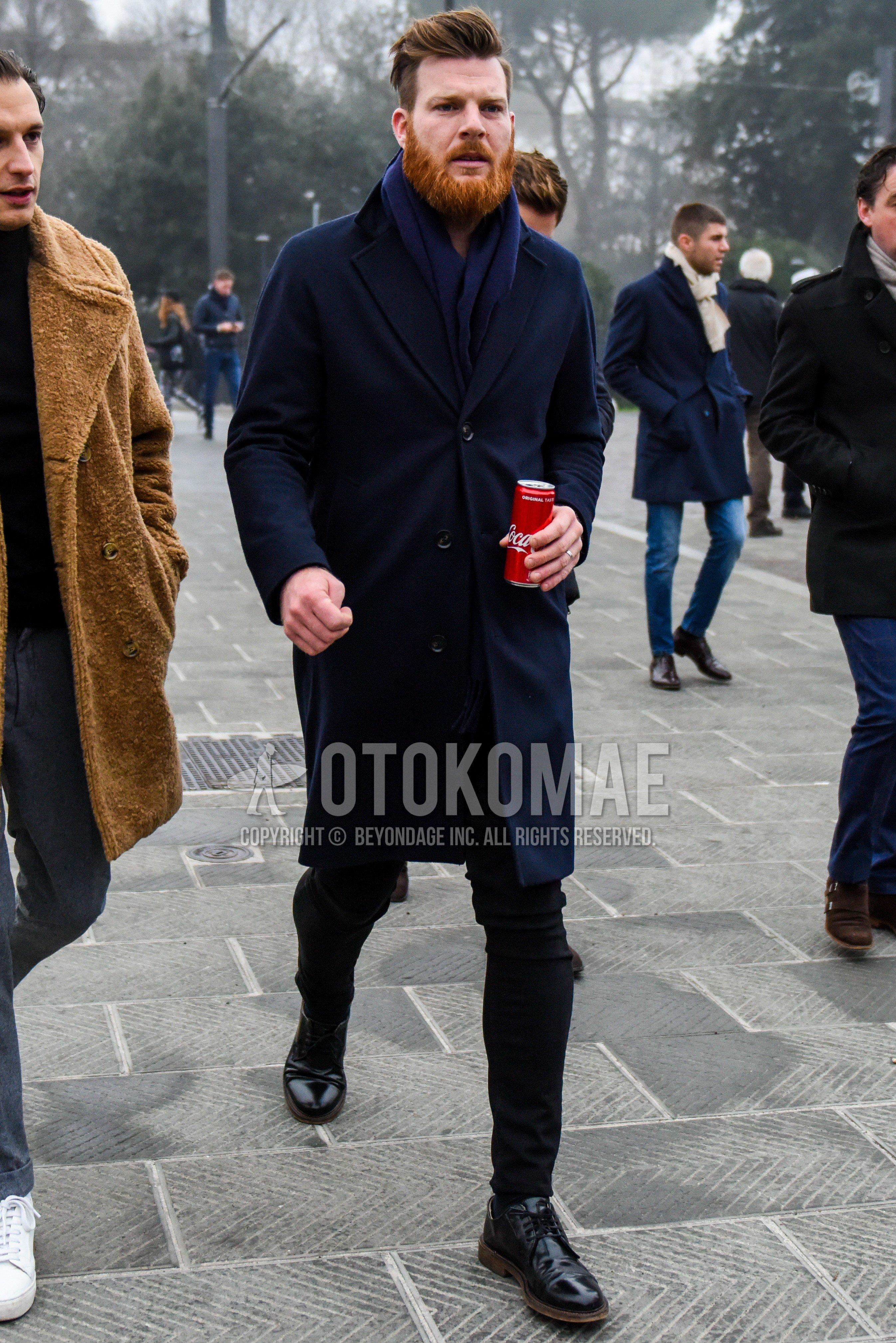 ネイビー無地のマフラー/ストール、ネイビー無地のチェスターコート、黒無地のデニム/ジーンズ、黒無地のスキニーパンツ、黒プレーントゥの革靴を合わせた冬のメンズコーデ・着こなし。