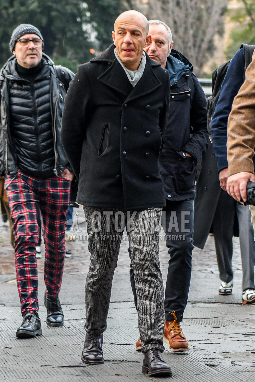 グレー無地のマフラー/ストール、黒無地のPコート、グレンチェックのグレーチェックのスラックス、ブラウンのブーツを合わせた秋冬のメンズコーデ・着こなし。