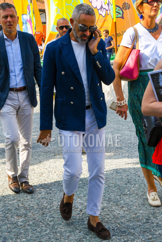 無地のサングラス、ネイビー無地のテーラードジャケット、白無地のTシャツ、白無地のデニム/ジーンズ、ブラウンタッセルローファーの革靴、スエードシューズの革靴を合わせた春夏秋のメンズコーデ・着こなし。