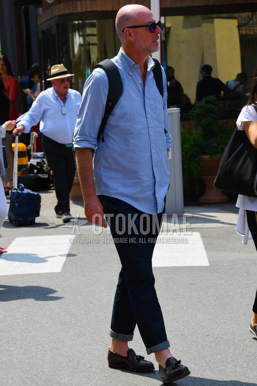 無地のサングラス、水色無地のシャツ、ブルー無地のデニム/ジーンズ、黒タッセルローファーの革靴を合わせた春夏のメンズコーデ・着こなし。