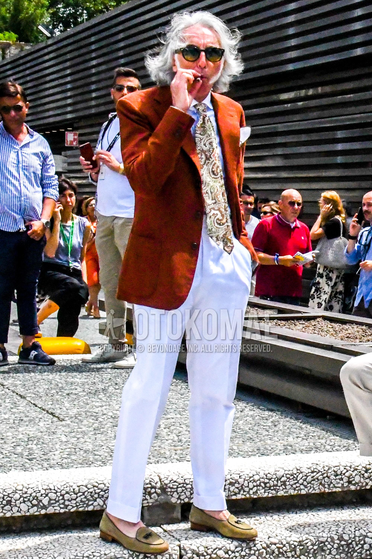 無地のサングラス、オレンジ無地のテーラードジャケット、白無地のシャツ、白無地のスラックス、無地のプリーツパンツ、ベージュローファーの革靴、ブラウンネクタイのネクタイを合わせた春夏秋のメンズコーデ・着こなし。