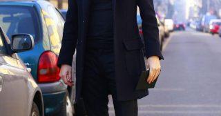 黒シャツにチェスターを合わせたきれいめメンズコーデ
