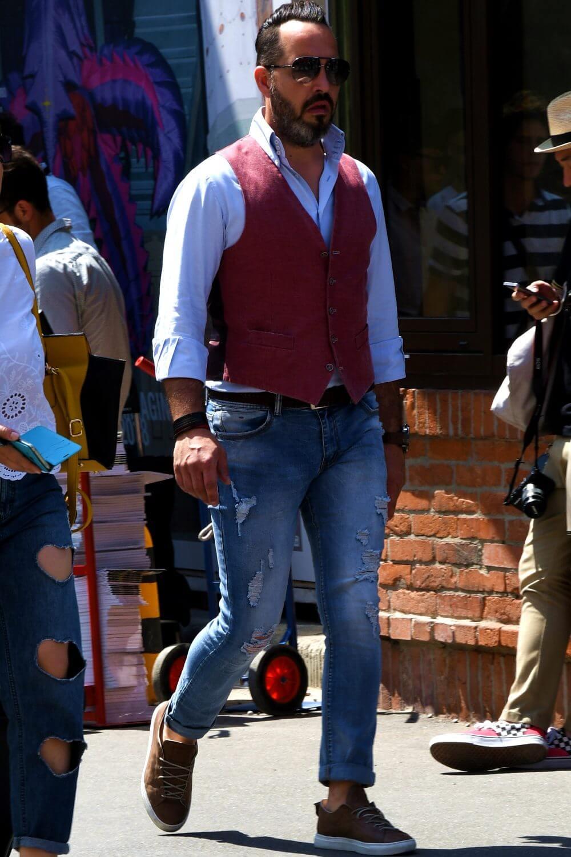 サックスシャツ×ジレ×ジーンズスタイル