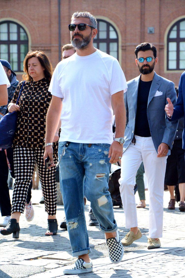 白Tシャツ×ダメージジーンズ