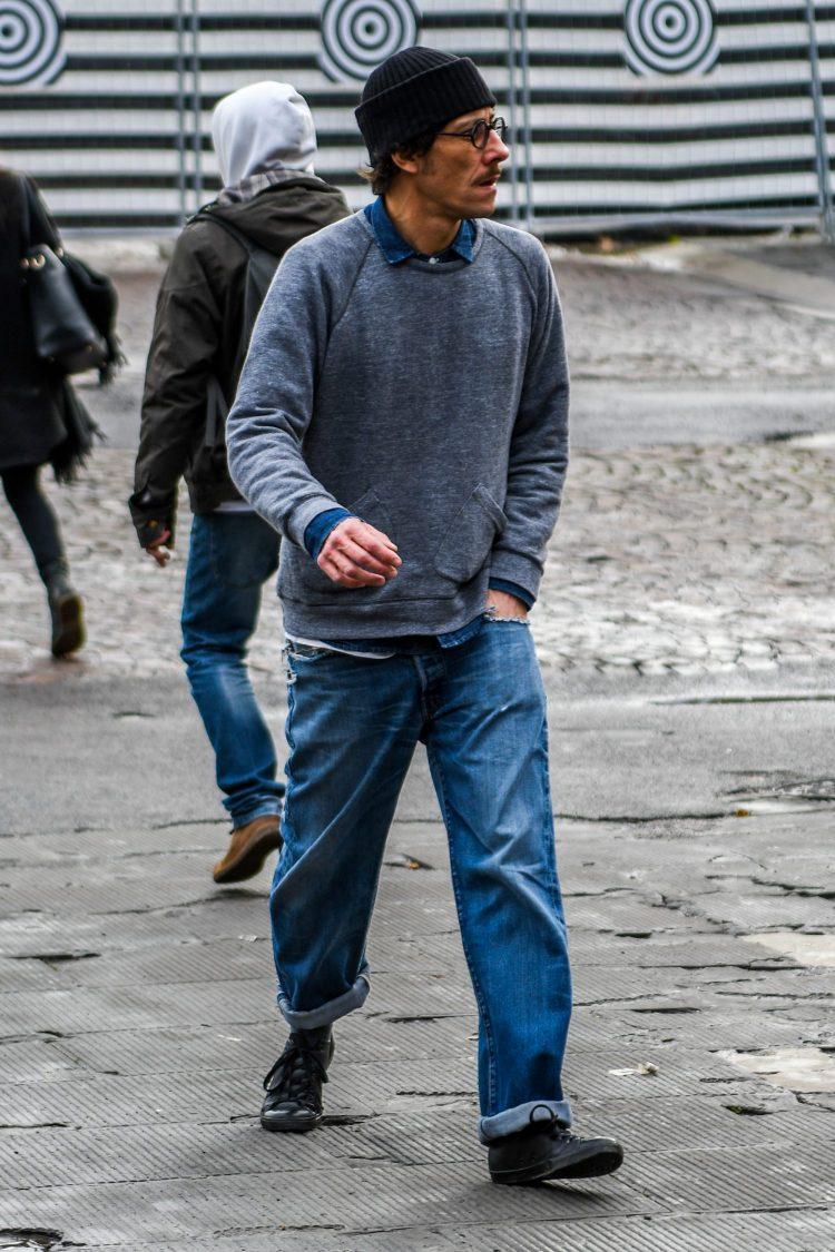 デニムシャツを最小限のポイントでジーンズにリンクさせたコーディネート