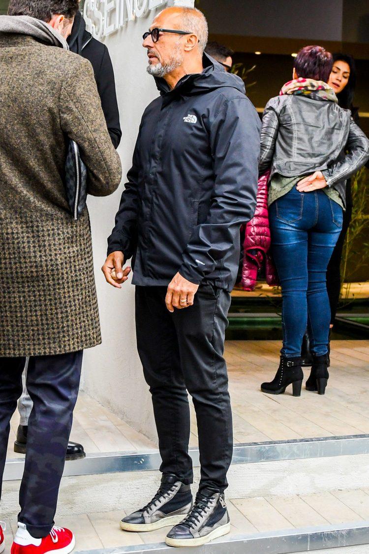 ジッパーデザインのハイカットスニーカーにパンツの裾をインして存在感を際立たせたコーディネート