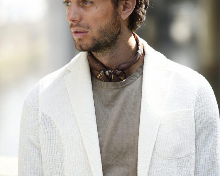 ホワイトジャケットにブラウンのカットソーとスカーフをセット