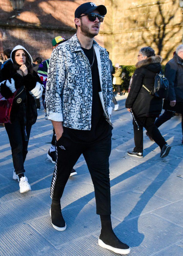 パイソン柄ジャケットでトレンドコンシャスに仕上げたサイドラインパンツのモノトーンコーデ
