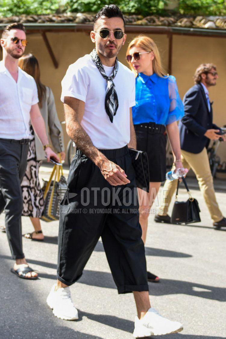 ラウンドの黒・ゴールド無地のサングラス、黒その他のバンダナ/ネッカチーフ、白無地のTシャツ、黒無地のイージーパンツ、白ローカットのスニーカーを合わせた夏のメンズコーデの着こなし。