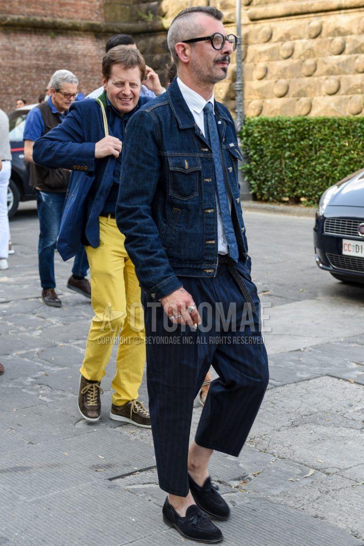 黒無地のメガネ、ネイビー無地のデニムジャケット、白無地のシャツ、ネイビーストライプのワイドパンツ、ネイビーストライプのスラックス、黒タッセルローファーの革靴を合わせた春夏秋のメンズコーデの着こなし。
