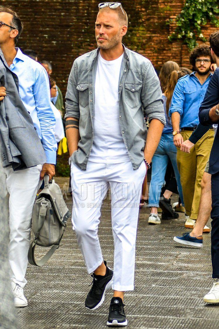 クリア無地のサングラス、グレー無地のデニム/シャンブレーシャツ、白無地のTシャツ、白無地のコットンパンツ、白無地のクロップドパンツ、ナイキ エアハラチの黒ローカットのスニーカーを合わせた春秋のメンズコーデ・着こなし。