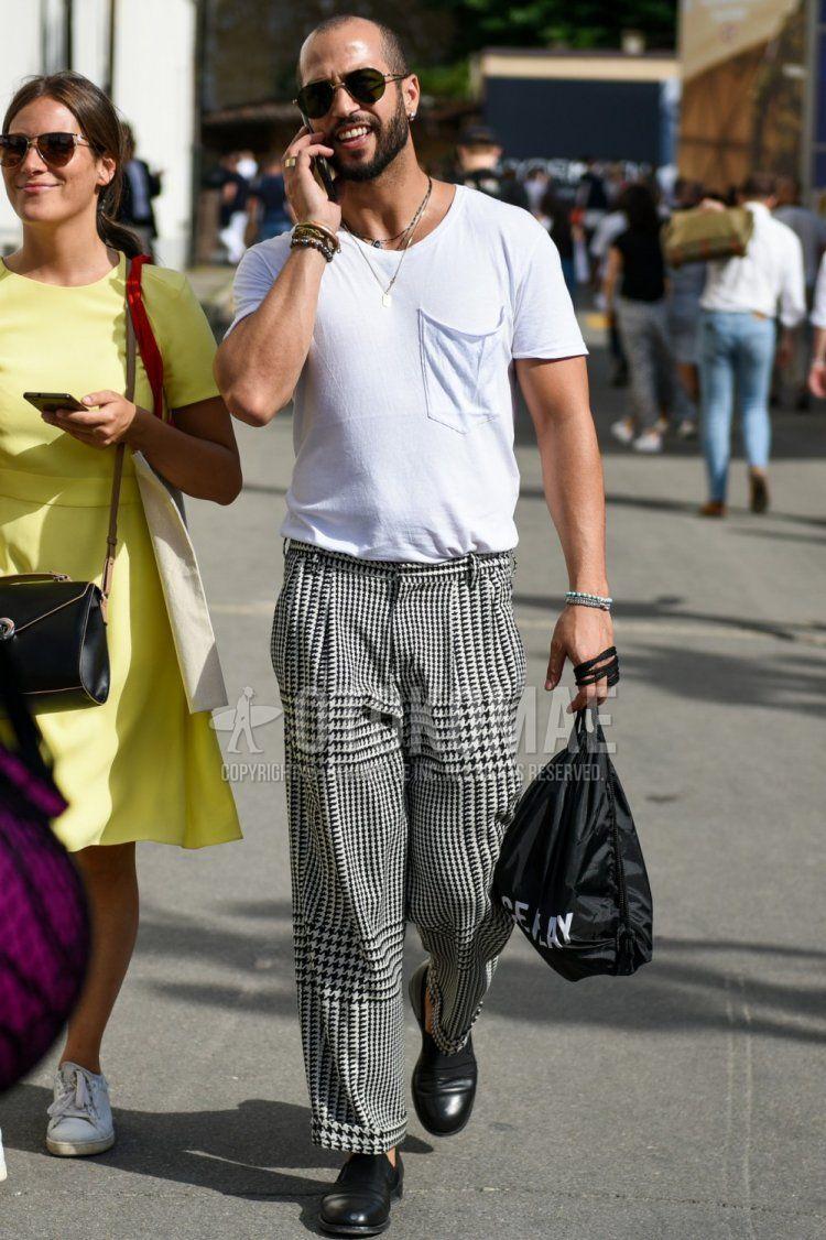 無地のサングラス、白無地のTシャツ、白・黒ボトムスのスラックス、ボトムスのプリーツパンツ、黒ローファーの革靴を合わせた夏のメンズコーデ・着こなし。