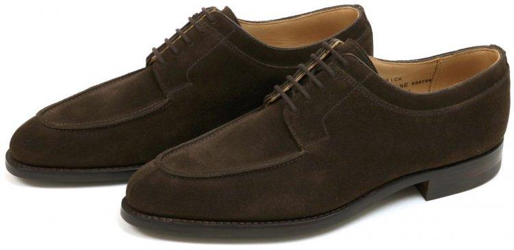 夏コーデ+革靴を着こなすコツ②「スエード素材のレザーシューズをチョイスして、しっとりとした大人の足元で秋感を先取り」