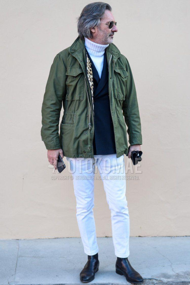 オリーブグリーン無地のM-65、ネイビー無地のテーラードジャケット、白無地のタートルネックニット、白無地のコットンパンツ、白無地のアンクルパンツ、黒サイドゴアのブーツを合わせた秋冬のメンズコーデ・着こなし。