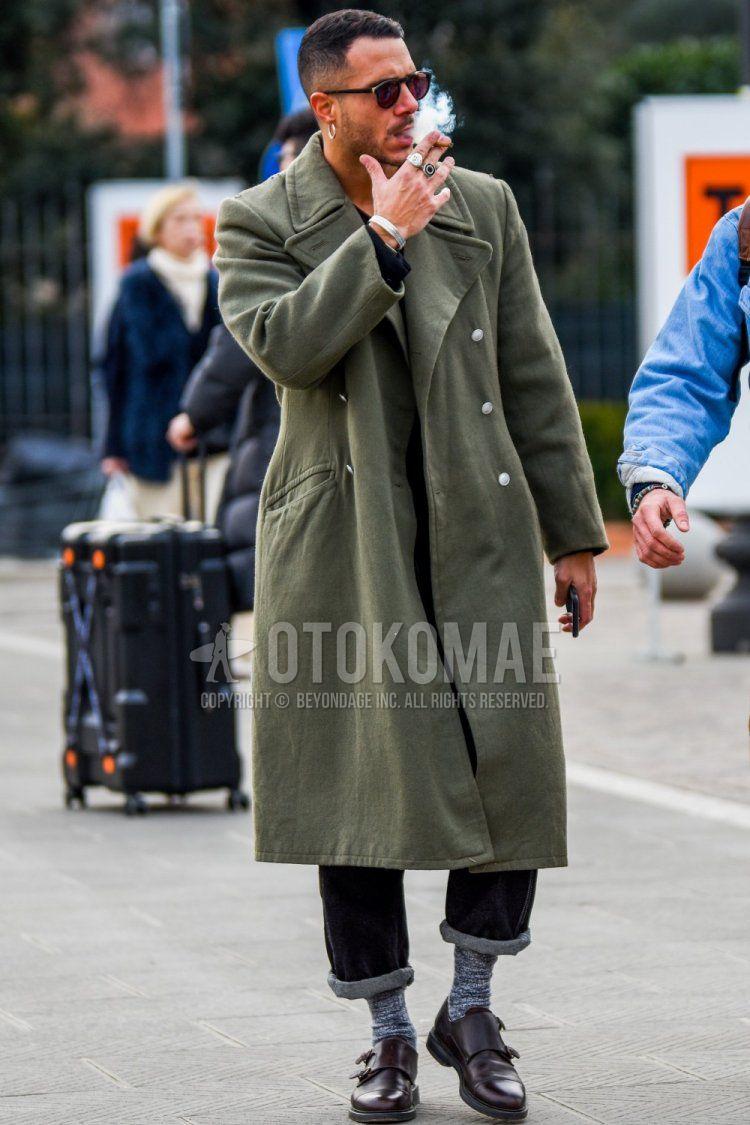 ボストンの黒無地のサングラス、オリーブグリーン無地のアルスターコート、ブルー無地のデニム/ジーンズ、グレーソックスのソックス、ブラウンモンクシューズの革靴を合わせた秋冬のメンズコーデ・着こなし。