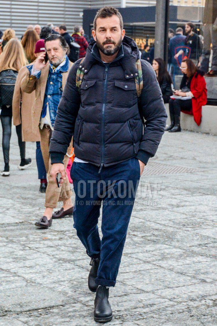 ネイビー無地のダウンジャケット、ネイビー無地の冬パンツ(コーデュロイ,ベロア)、黒サイドゴアのブーツを合わせた冬のメンズコーデ・着こなし。