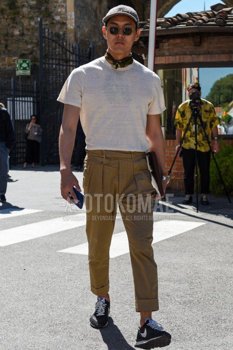 グレーキャップのベースボールキャップ、黒・ゴールド無地のサングラス、ブラウンストールのバンダナ/ネッカチーフ、白無地のTシャツ、ベージュ無地のベルトレスパンツ、ナイキ アンダーカバー デイブレークの黒ローカットのスニーカー、ブラウン無地のクラッチバッグ/セカンドバッグ/巾着を合わせた夏のメンズコーデ・着こなし。